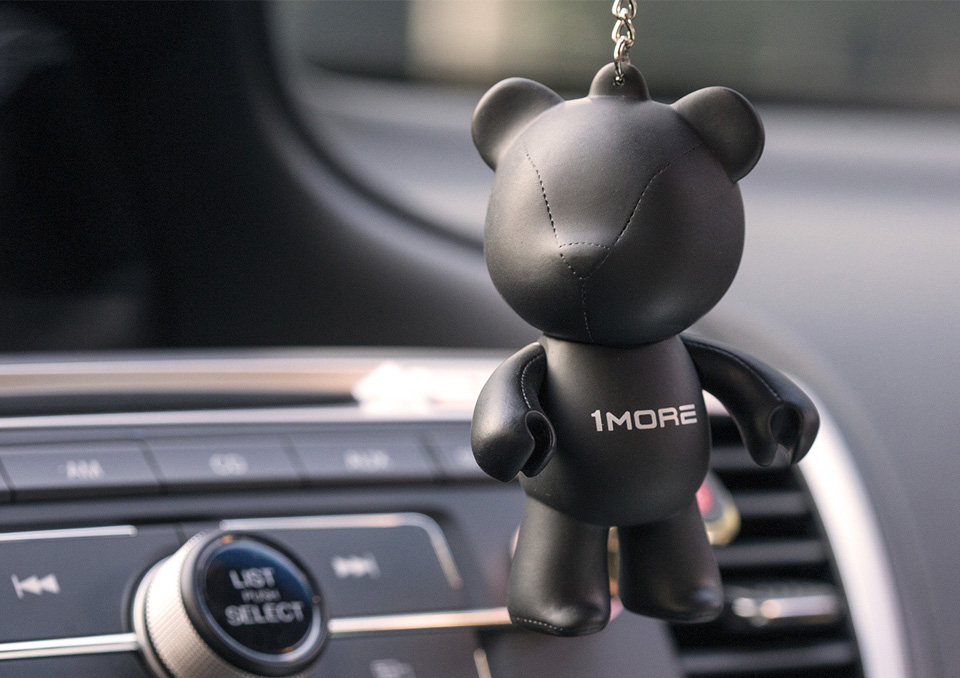 Брелок 1MORE Bear Earphone Stand на зеркале