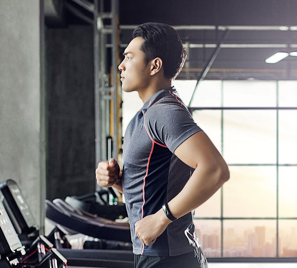 Футболка AMAZFIT Sport quick-drying T-shirt Mens мужчина на велодорожке