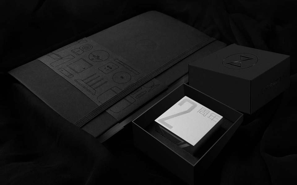 Сувенир Mi Commemorative cube limited edition крупным планом