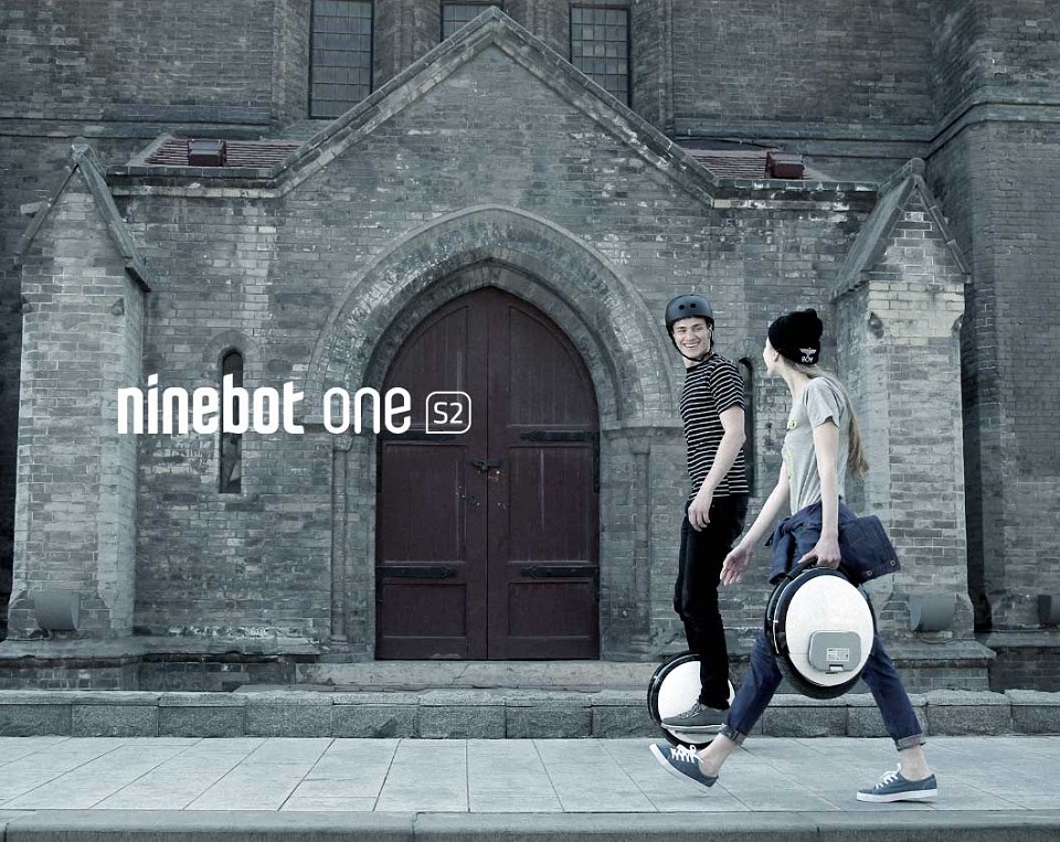 Моноцикл Ninebot by Segway One S2 на фоне города