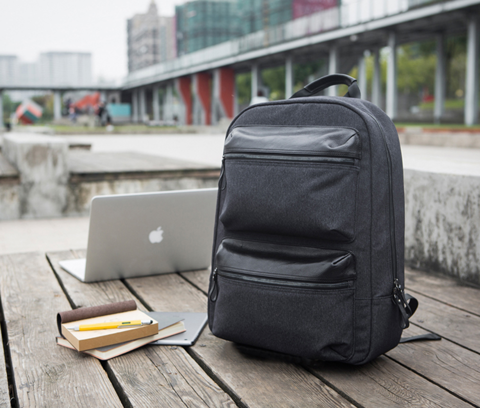 Рюкзак RunMi 90 Points Business Multi-function Backpack на фоне девайсов