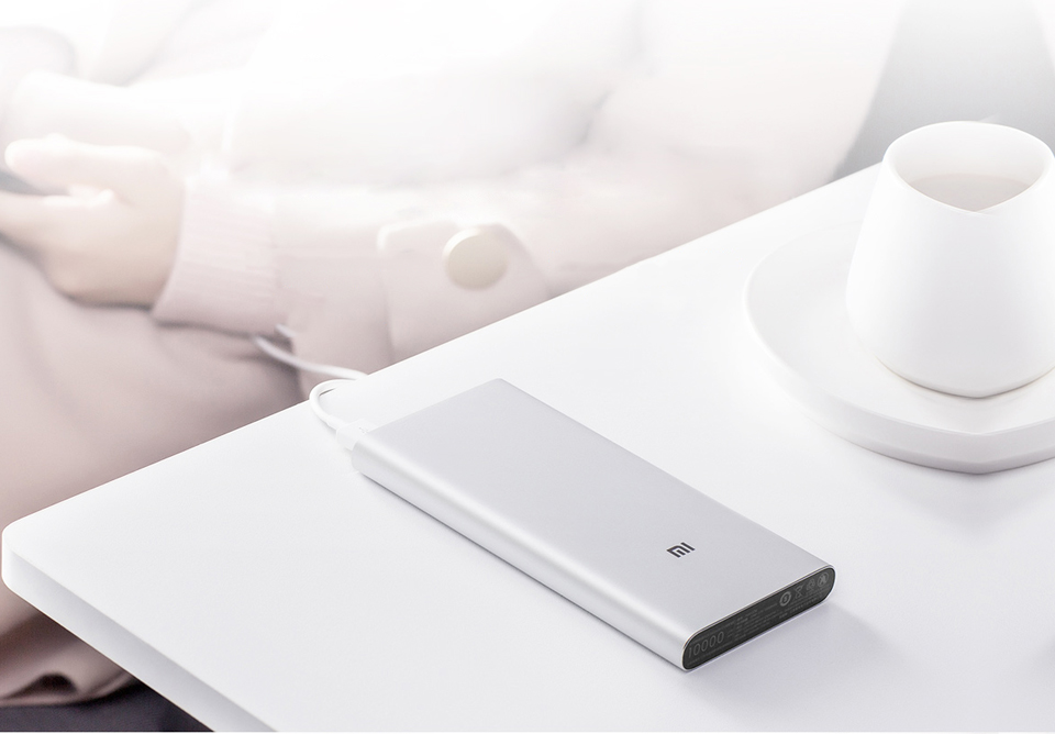 Универсальная батарея Xiaomi Mi Power bank 3 10000mAh на столе